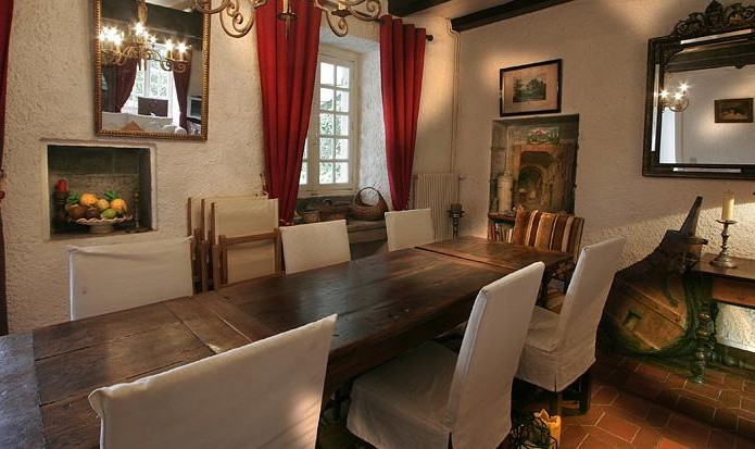 The huge table welcomes 8 to 10 guests for your festive meals
